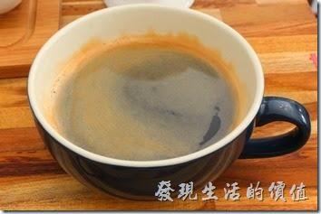台南-晚起餐館(getlate)。熱焙綠茶(茶包)與現磨熱美式咖啡。咖啡的味道蠻順口的,應該不是重烘培,喝得時候嘴尾有一點點涼涼的。