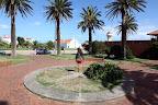 Cuenta la leyenda que en esta plaza ubicada al lado del faro, ocurre un extraño fenómeno cuando alguien se para sobre la rosa de los vientos.. Foto: LA NACION / Sebastián Rodeiro