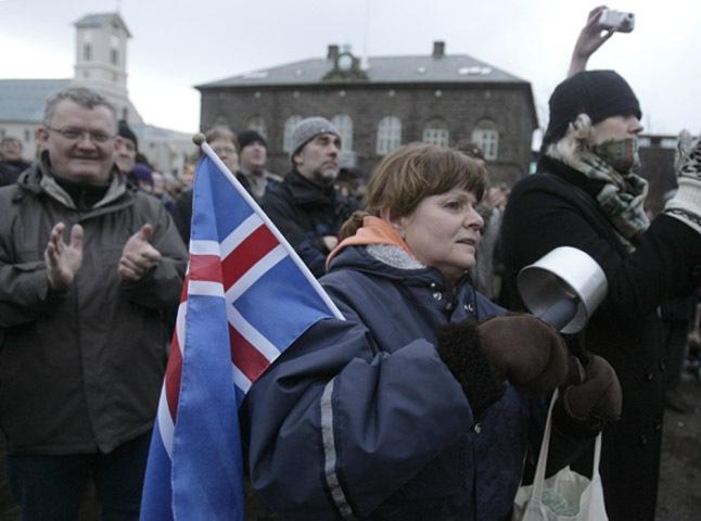 Ισλανδία: Η κυβέρνηση «κούρεψε» τα δάνεια των νοικοκυριών προς τις τράπεζες