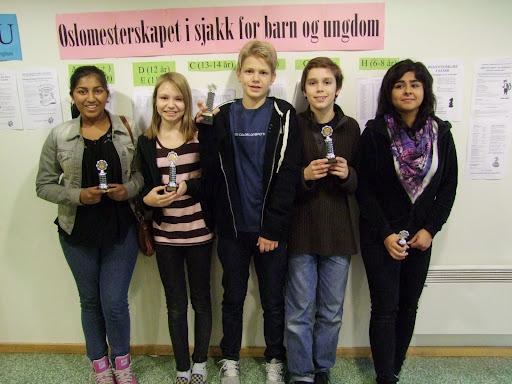 Oslomester i klasse C: Lars Oskar Hauge, omgitt av Jarani Suntharalingam, Maud Rødsmoen, Samuel Riiser og Kimiya Sajjadi. (Foto: H.O. Riiser)