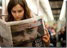 Donna legge un giornale
