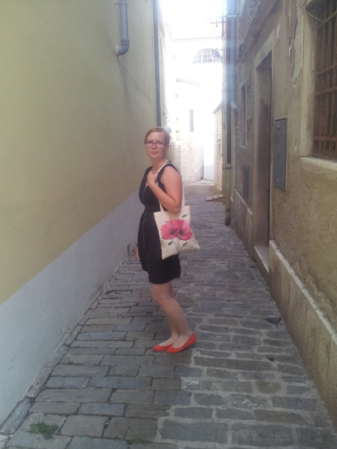 Nina wearing 3 Ptice hand painted poppy tote