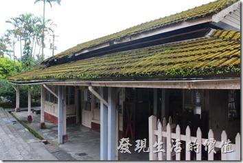 菁桐火車站建於1929年,依舊保持著日式建築的迷人風采,被列入臺灣歷史百景之一。裡頭還保存著完整的木造長椅、老柵門剪票口,尤其是屋瓦上的青苔。