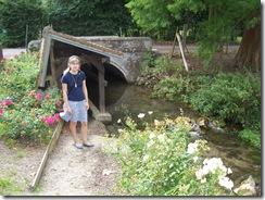 2012.08.12-024 Stéphanie au lavoir de Livet-sur-Authou