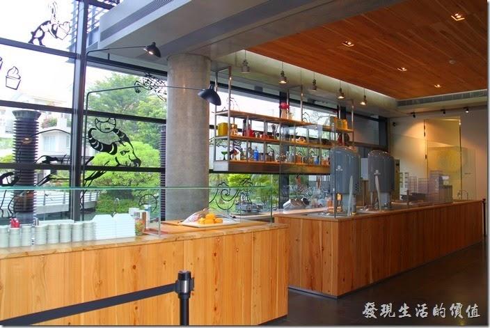 台南-白台南安平-白鷺灣 蜷尾家 經典冰淇淋的一樓櫃台及廚房,這裡也有麵包販賣。