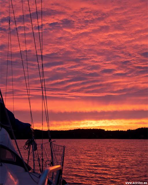 Fantastisk solnedgång vid Bjökö. Segebåt i förgrunden.