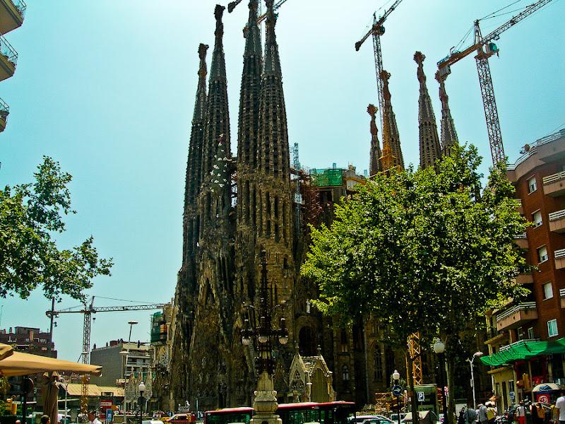 Госпиталь Святого Креста и Святого Павла. Барселона. Испания. Как всегда в кранах, лесах и стройке.