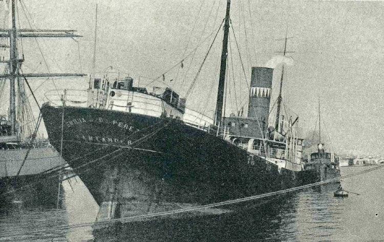 El EMILIA S DE PEREZ medio hundido, por la proa, en el puerto de Barcelona. Incendio del año 1.920. De la revista CATALUNYA MARITIMA. Año 1. Diciembre de 1919.jpg