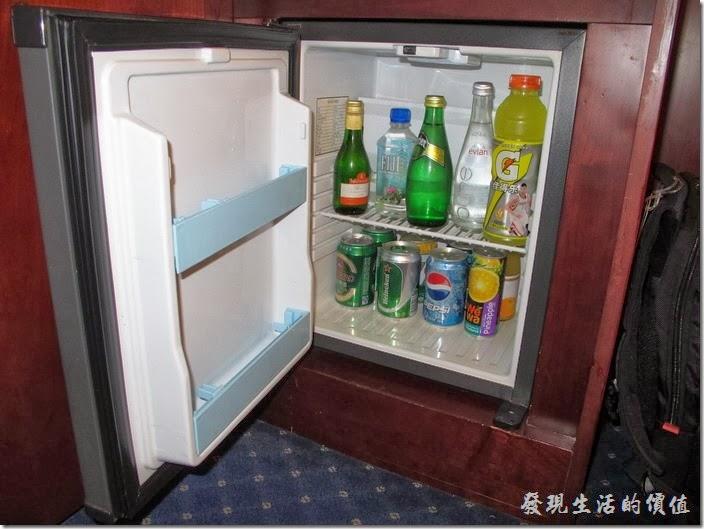 上海-齊魯萬怡大酒店。客房內的小冰箱,這裡的飲料是要錢的,不是很急的話,到外面的便利商店就有得買了。
