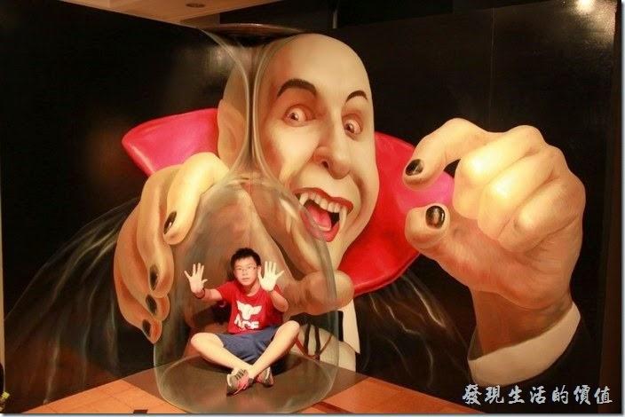 日本-豪斯登堡-超級錯覺藝術。這個是個人還蠻推薦遊玩的「超級錯覺藝術」,小朋友只是裝模作樣而已,那個高腳杯是畫出來的喔。