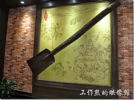 上海-干鍋居(貴州黔菜)。苗族的大木鏟,就掛在餐廳一進門的地方,象徵雞香。