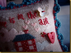 LOVE IS IN THE AIR DE CATHY SAN VALENTIN 2013 DETALLE BOTONES