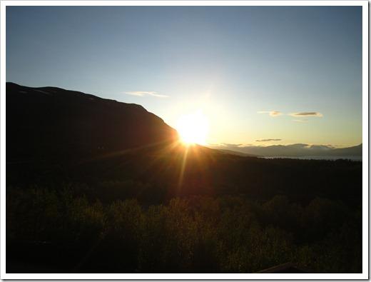 Ute kämpar sig solen ner bakom Njulla.