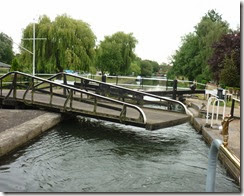 4 closing swing bridge over stanstead lock