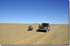 07-13 vers dalandzadgad 065 Nous confiment la piste plus personne sur 120km
