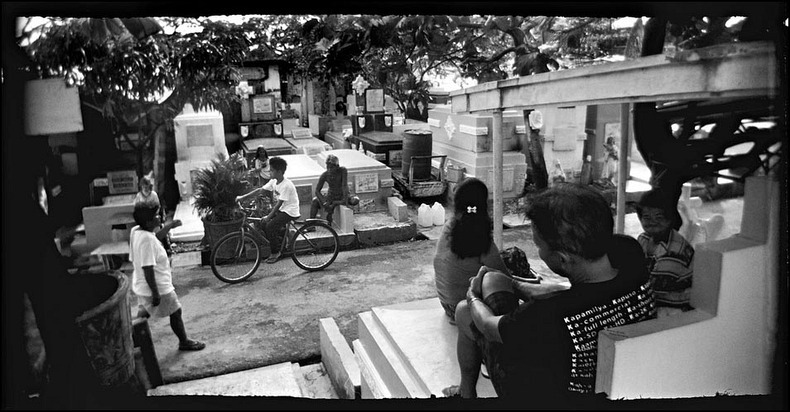manila-cemetery-3%25255B2%25255D - The Living Residents of Manila's North Cemetery: An Inspiring Pictorial - Weird and Extreme