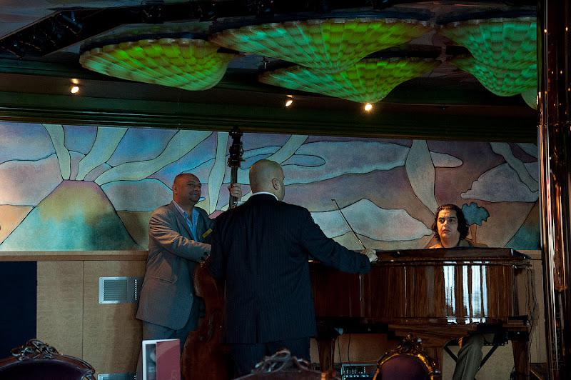 Первый день в круизе на Costa Concordia. Струнное трио в баре Parigi.