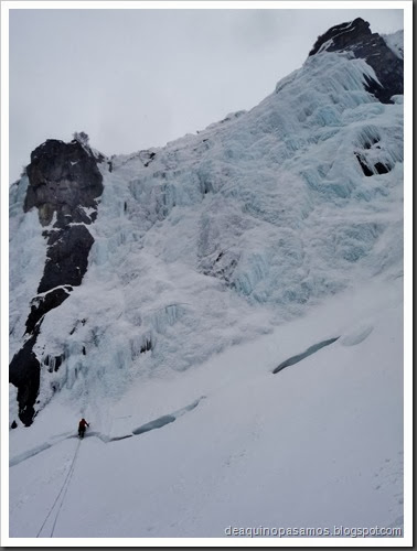 Cascade Le Grand Bleu 100m MD II WI4  90º (Mur Bleu, Argentiere, Alpes) (Omar) 0676