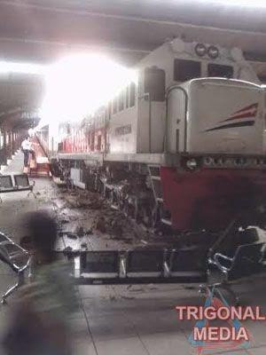 kereta menabrak ruang tunggu stasiun kota