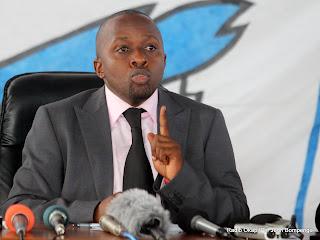 – Le secrétaire général de l'UDPS, Jacquemin Shabani ce 21/07/2011 à Kinshasa, lors d'une conférence de presse. Radio Okapi/ Ph. John Bompengo