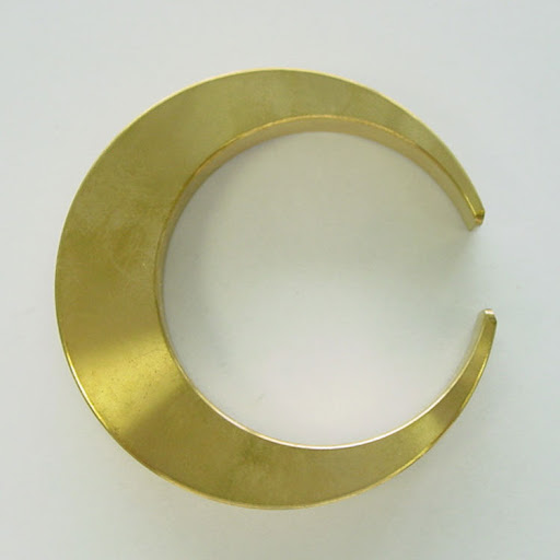 What a chic bottle opener in brass! (lekkerhome.com)