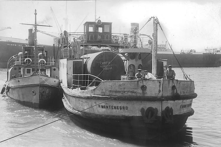 El FRANCISCO MONTENEGRO y el remolcador SAN MARTIN en una foto datada probablemente en la posguerra. Foto cedida por la APH.jpg