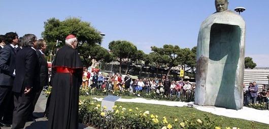 pope-john-paul-statue-44193519