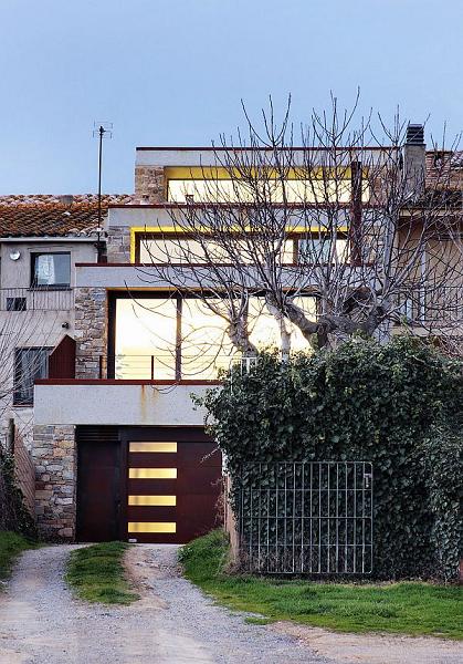 minimalist-0step-house-interior-outdoor.jpg
