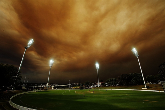Haze dominates the sky above a cricket match between the South Australian Redbacks and the Western Australia Warriors at Drummoyne Oval in Sydney, 17 October 2013. Photo: Mark Metcalfe / Getty Images