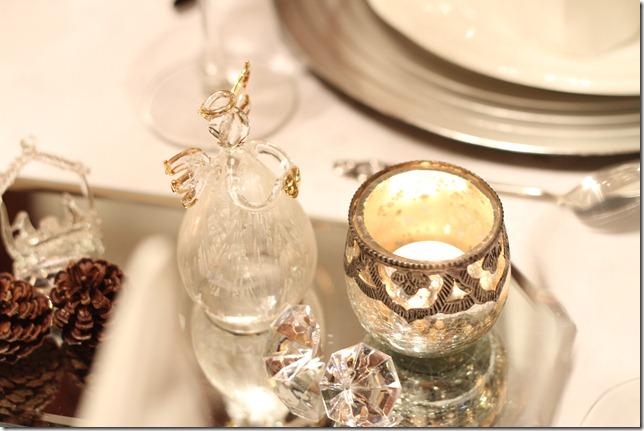 hvitt bord pyntet med sølv, kongler, diamanter og snø  IMG_0755