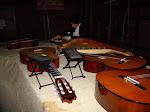 За кулисами. Разные музыкальные инструменты на столе.