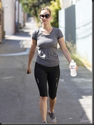 jennifer-lawrence-cameltoe-yoga-pants-0809-11-675x900