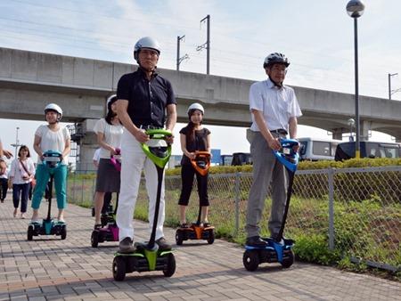Prefeito da cidade japonesa Tsukuba, Kenichi Ichihara, e o diretor da Toyota Motor, Akifumi Tamaoki (direita), testam o novo Winglet (Foto: YOSHIKAZU TSUNO/AFP)