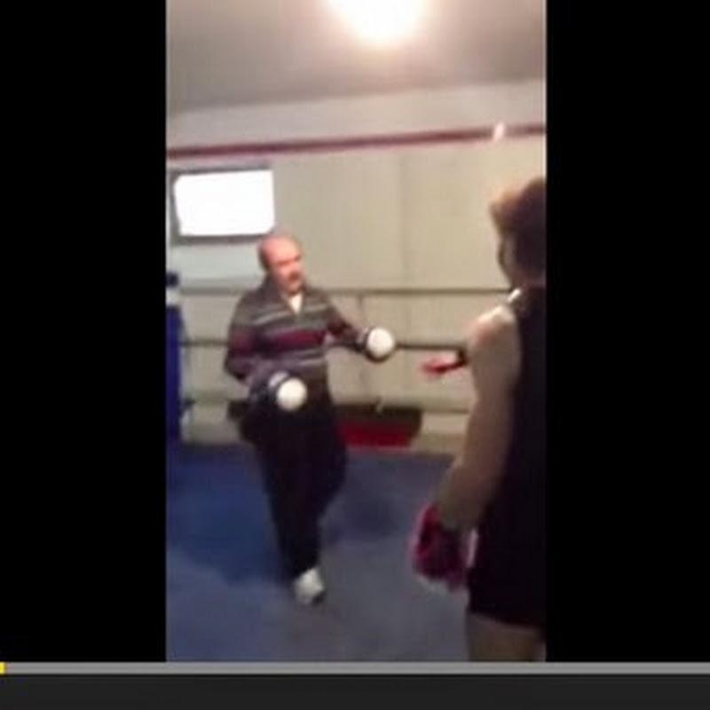 Ηλικιωμένος χτυπά Boxer