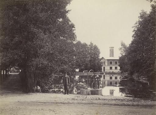 Sandvikskällan 1892. Dammen med pumphuset i fonden.