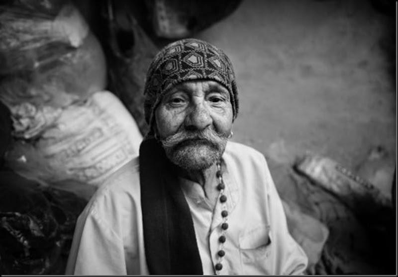 La bandana, gli orecchini, la collana e i baffoni. Sembra un gitano invece è un 'puppeteer' indiano nel Kathputli slum