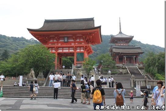 日本京都府-清水寺,相片中的紅色建築為清水寺前的仁王門,也叫做赤門,左右個供奉著一位四大天王,而且有一位的嘴巴一定是張開的,而另一未則一定是閉著的,這是因為祂們一個張嘴喝「阿」;一個閉嘴呼「吽」,所以又被稱為「阿、吽」,有點類似台灣的哼哈二將。