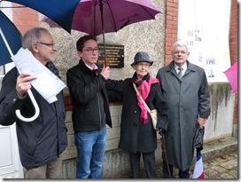 Dévoilement de la plaque par Gisèle Giraudeau-Fraud et Alain Royer, maire