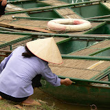 Femme pagayant les touristes dans la Baie dHalong terrestre