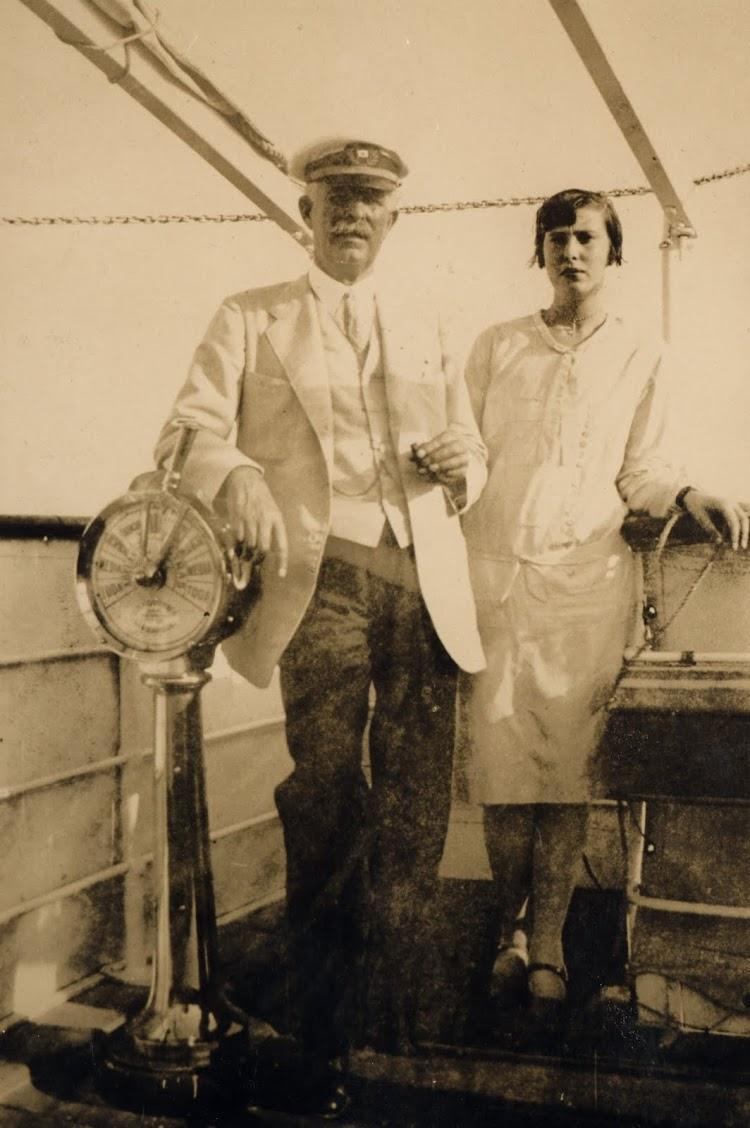 El capitan Juan Ruiz Cabrera, acompañado de su sobrina. Foto Archivo FEDAC.jpg