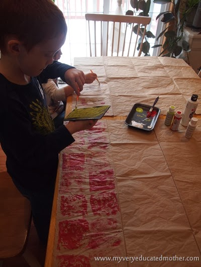 4 Let the stamping begin #kidscraft #greencrafting #recylingpaper #DIYwrappingpaper