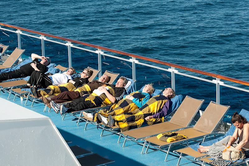 Первый день в круизе на Costa Concordia. Отдыхающие на верхних палубах, вокруг бассейнов.