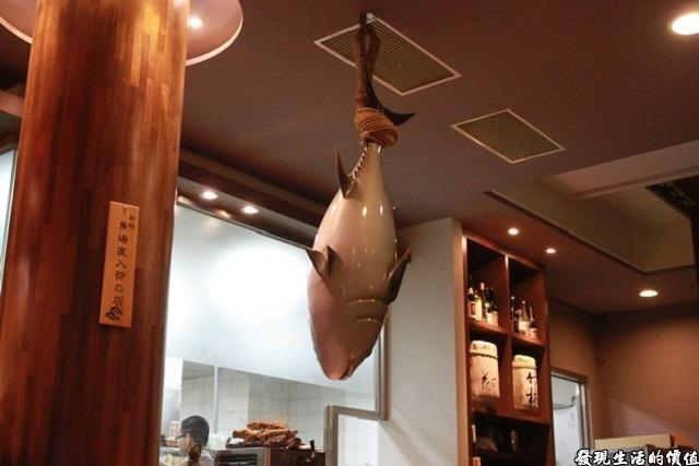台南-花川日本料理。一樓的入口處掉了一條模型魚,這裡可以讓顧客親自挑選喜歡的魚在做各式的料理,而這也是花川標榜它們的魚夠新鮮才敢擺出來。