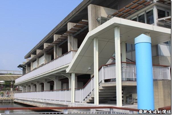大鵬灣國家風景區管理處。這棟建築物是「大鵬灣遊客中心」