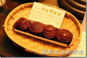 花蓮-理想大地渡假村(房間)。一進門後發現床頭上有個小小的竹編藍,裡頭放了一包蜂巢糕,打開後有四個蜂巢糕,使用蜂蜜製作,吃起來就跟我們熟悉的黑糖糕非常像。