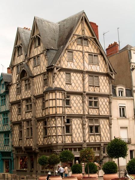 2011 08 02 Voyage France La maison d Adam au centre d Angers Les colombages sont travailler avec des scènes de Genèse