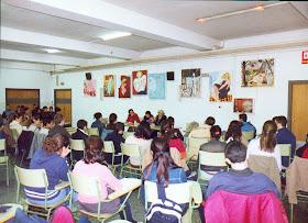 Latifa Boumediane en un debate con alumnos del IES Juan de Garay.