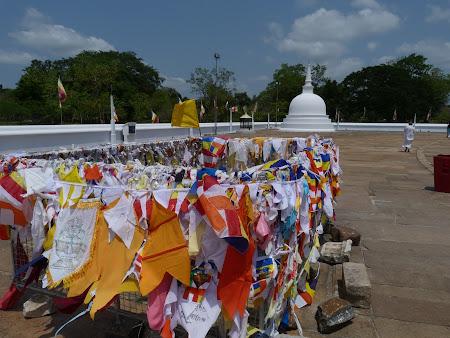 Budism Sri Lanka: steaguri de rugaciune