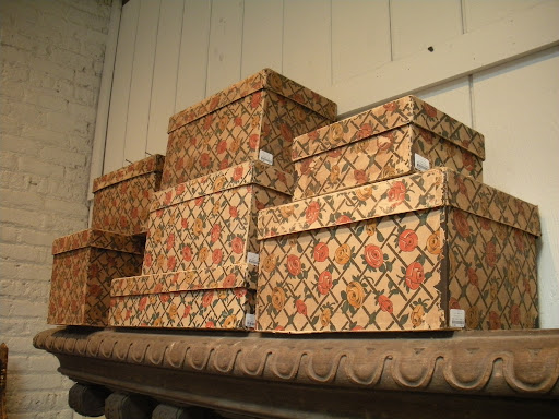 I love the tressle pattern on these vintage hat boxes. The smattering of sizes reminds me of my Hermes box collection.