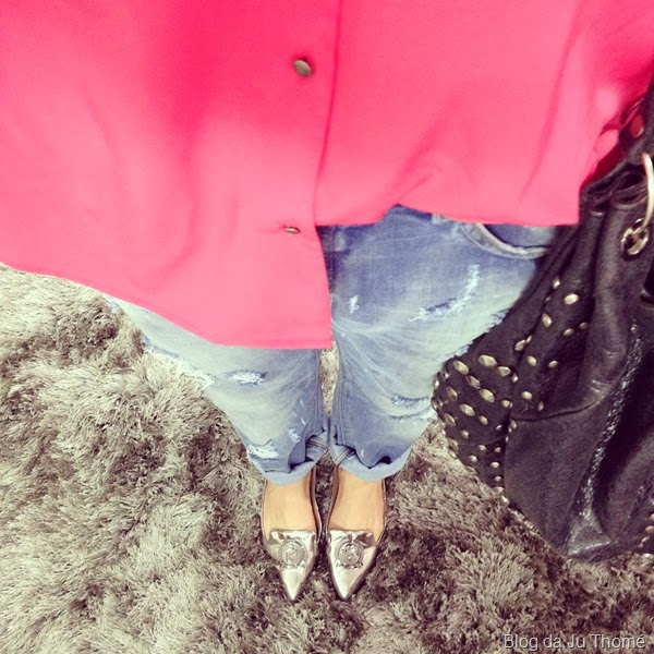 look jeans destroyed, camisa rosa e sapato prata (1)